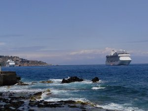 salah-satu-kapal-pesiar-anchoring