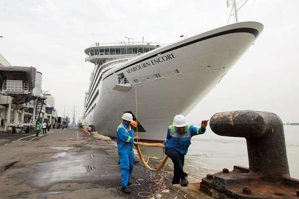 kapal-pesiar-seabourn-encore-bersandar-di-indonesia